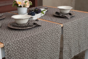 Washed linen table runner in brown color with pattern. Manufacturer: AB 'Siulas'